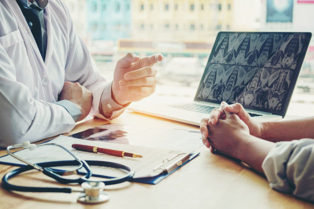 medicos-pacientes-sientan-hablan-paciente-sobre-medicacion_18497-701