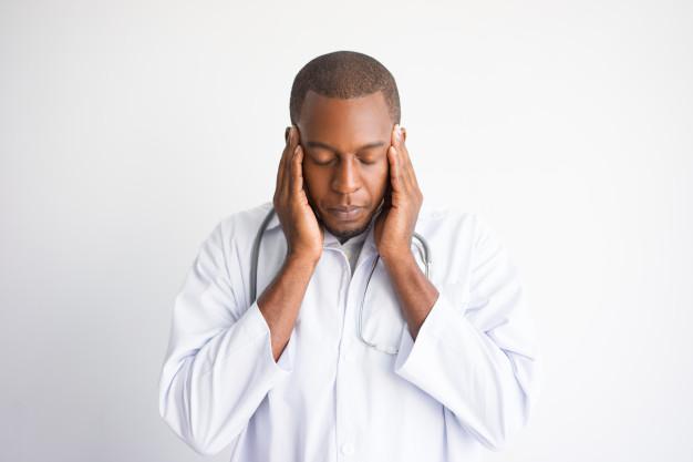 cansado-hombre-medico-negro-tocando-templos-concepto-doctor-estresado_1262-12548