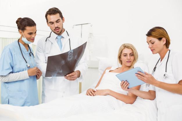 retrato-medicos-paciente-rayos-x_13339-73547