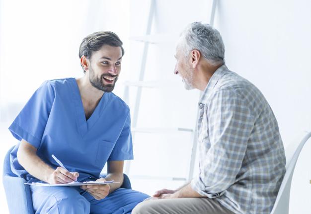 doctor-alegre-hablando-paciente-anciano_23-2147896869 (1)