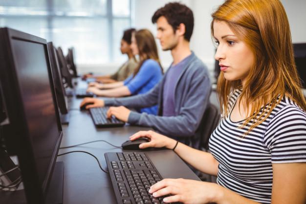 estudiante-enfocado-clase-informatica_13339-284872