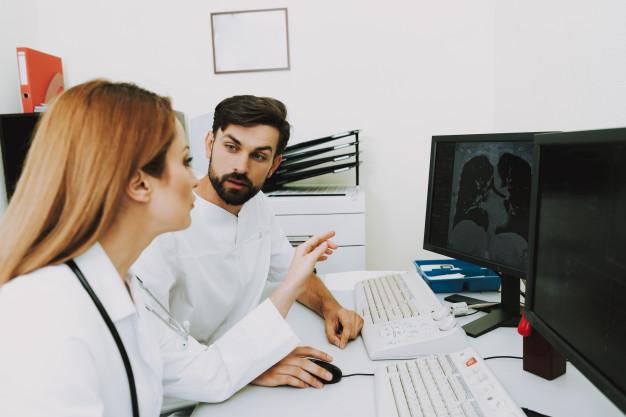 doctores-examinando-tomografia-computarizada-pulmones-discusion_99043-2410