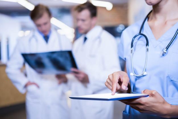 primer-plano-doctora-tableta-digital-hospital_107420-12661