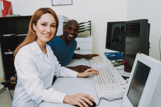 felices-profesionales-radiologia-analizando-escaneos_99043-2942