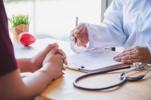 medico-discutiendo-paciente-despues-examen-fisico-resultados-pautas-tratamiento_11304-1210
