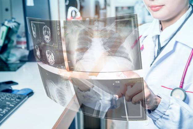 medico-medico-que-opera-interfaz-medica-futurista-rayos-x-pantallas-digitales_130181-111