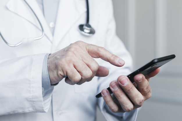medico-haciendo-llamada-telefonica_23-2148168354