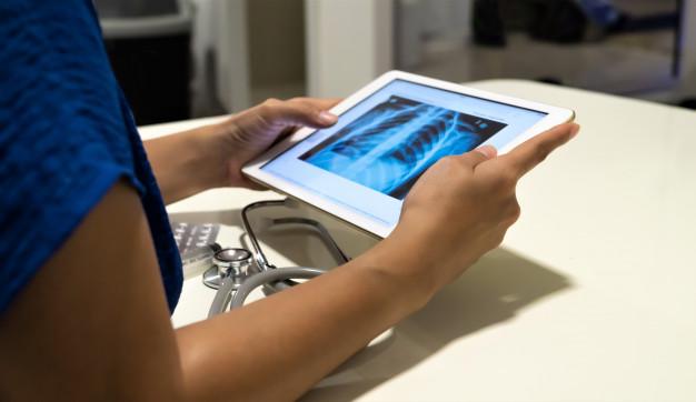 primer-plano-mujer-medico-su-escritorio-oficina-observando-radiografia-rayos-x_35752-65 (1)