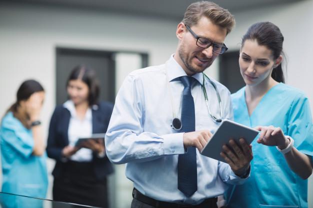 medico-enfermera-discutiendo-sobre-tableta-digital_107420-84815