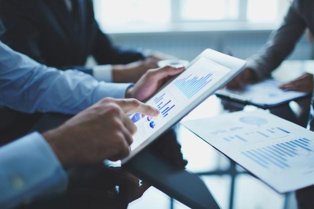 primer-plano-hombre-negocios-tableta-digital_1098-549