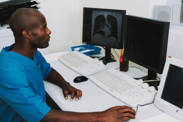 afro-doctor-examen-escaneo-pulmones-ct-diagnostico_99043-2411