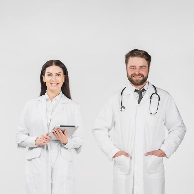 doctores-hombre-mujer-pie-juntos_23-2148075675