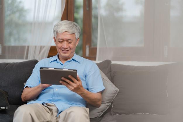 hombres-mayores-asiaticos-que-usan-tableta-casa-informacion-busqueda-masculino-chino-mayor-asiatico-sobre-como-buena-salud-internet-mientras-acostado-sofa-concepto-sala-estar-casa_7861-1925