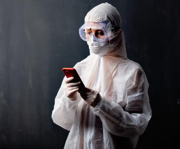 a-medica-que-usa-roupas-de-protecao-contra-o-virus-esta-usando-o-celular-para-publicidade_87910-4612