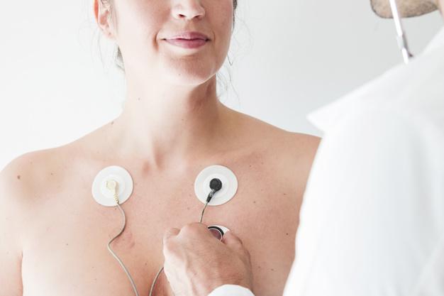 medico-estetoscopio-cerca-mujer-electrodos_23-2147934597